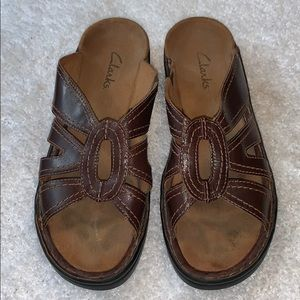 💙 Clarks brown leather slip on sandals